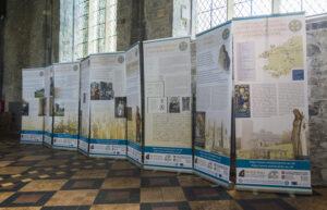 Bwrddiau'r arddangosfa yn Nhyddewi / Exhibition panels at St Davids